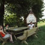 Strudzeni turyści wypróbowują nowe ławy
